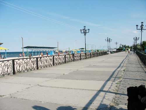 У Генічеську за рішенням суду на міському пляжі зносять 34 МАФи